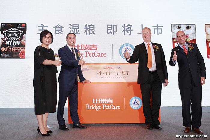 上海比瑞吉宠物用品股份有限公司创始人兼CEO许久先生(左2)、COO许璟女士(左1),利.jpg
